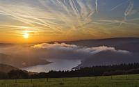 Genialer Sonnenaufgang über dem Rursee am Auftakt des Altweibersommers