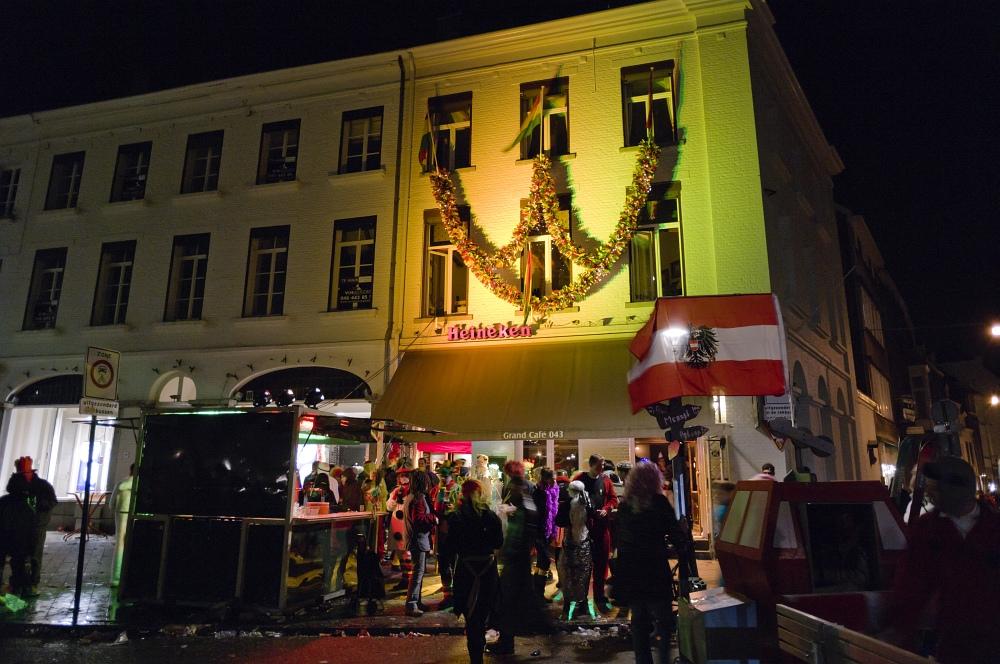 http://www.eifelmomente.de/albums/Nordeifel/Fruehjahr/2011_03_09_Nachtaufnahmen_Maastricht_2/2011_03_08_-_185_Maastricht_Vrijthof_DNG_bearb.jpg
