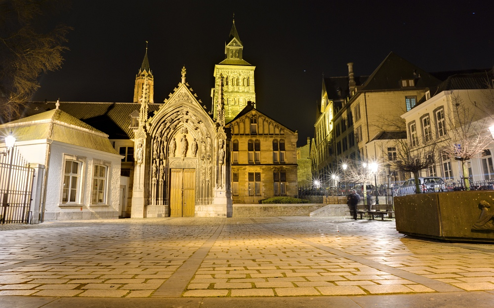 http://www.eifelmomente.de/albums/Nordeifel/Fruehjahr/2011_03_09_Nachtaufnahmen_Maastricht_2/2011_03_08_-_204_Maastricht_Sint_Servaasbasiliek_DNG_DRI_bearb_ausschn.jpg