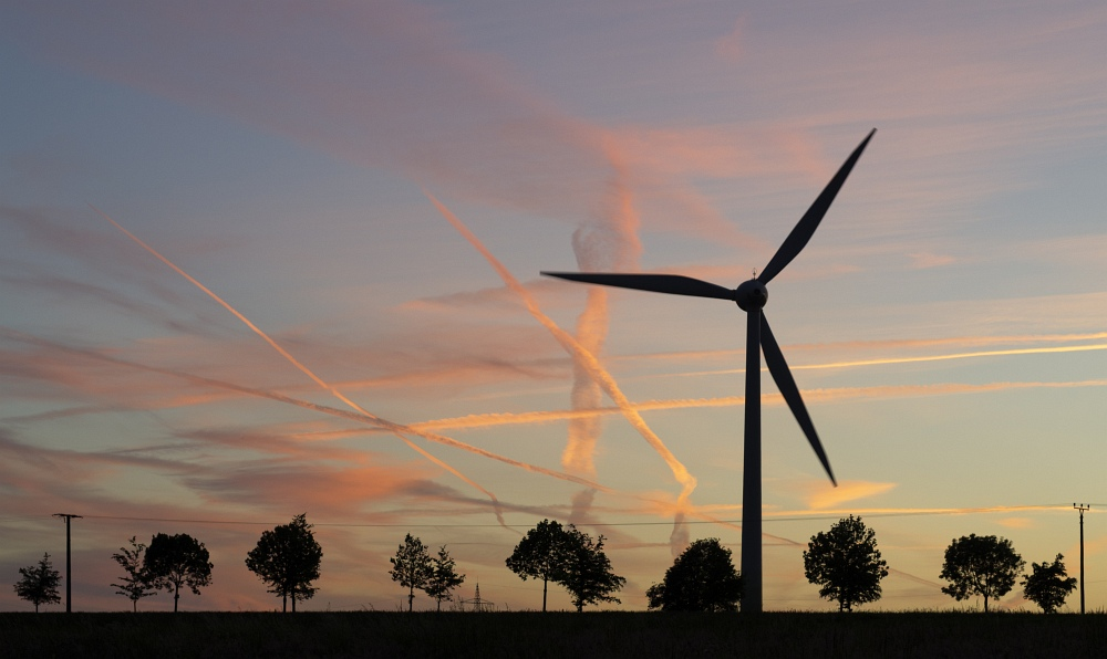 http://www.eifelmomente.de/albums/Nordeifel/Fruehjahr/2011_05_22_Schauer_Sonnenuntergang_Nachtaufnahmen/2011_05_22_-_69_Windpark_Strauch_DNG_bearb_entst_ausschn.jpg