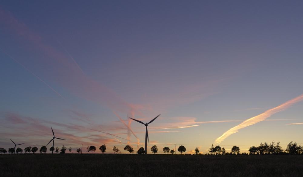http://www.eifelmomente.de/albums/Nordeifel/Fruehjahr/2011_05_22_Schauer_Sonnenuntergang_Nachtaufnahmen/2011_05_22_-_72_Windpark_Strauch_DNG_bearb_gerade_ausschn.jpg