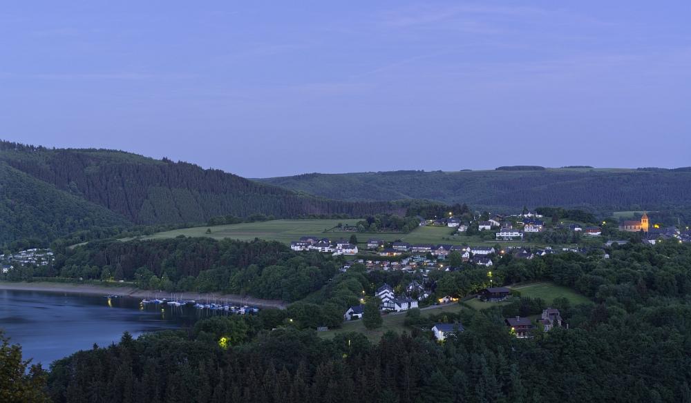 http://www.eifelmomente.de/albums/Nordeifel/Fruehjahr/2011_05_22_Schauer_Sonnenuntergang_Nachtaufnahmen/2011_05_22_-_75_Blick_von_Woffelsbach_nach_Rurberg_DNG_bearb_ausschn.jpg