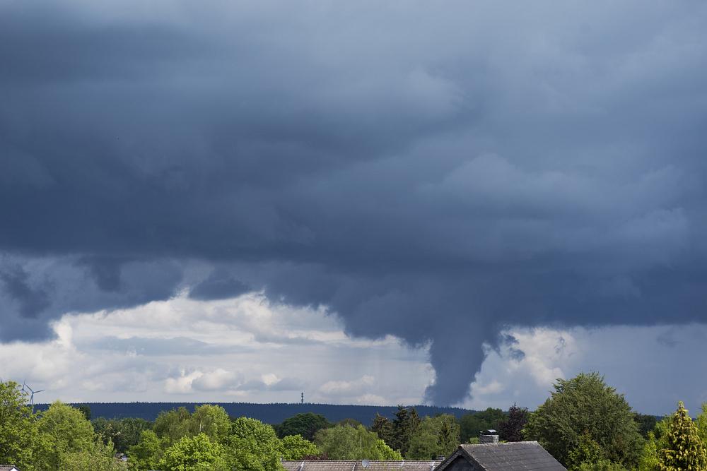 http://www.eifelmomente.de/albums/Nordeifel/Fruehjahr/2016_05_27_Tornado_Gewitter_Eifel_Boerde/2016_05_27_-_01_Simmerath_Schauer_DNG_bearb.jpg