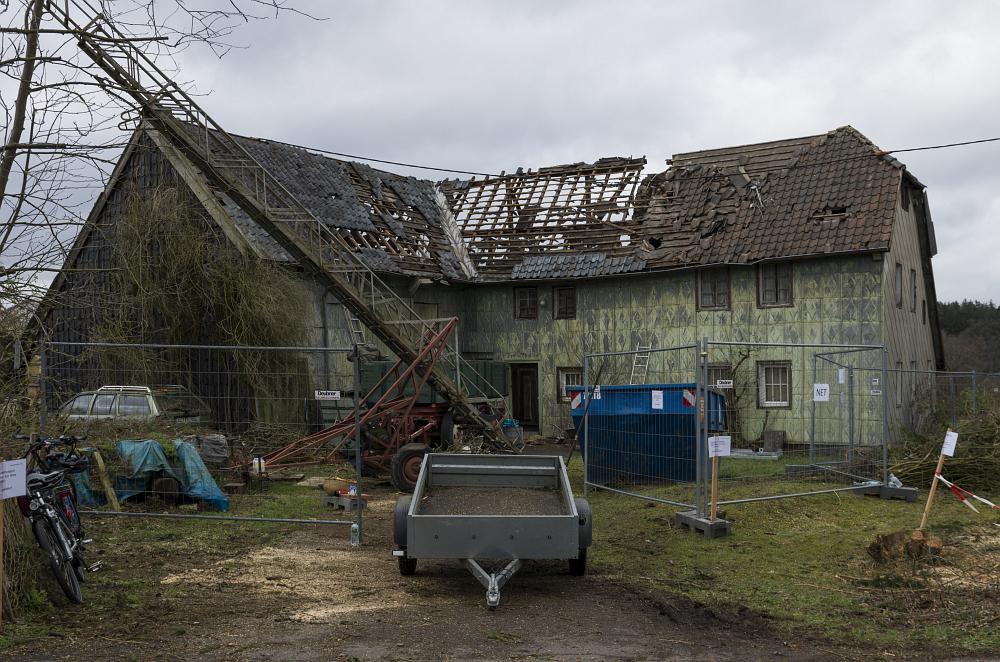 Alter Winkelhof mit abgedecktem Dach