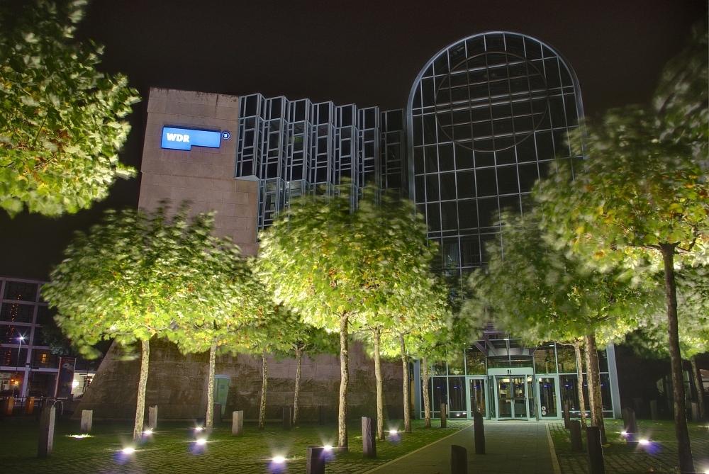http://www.eifelmomente.de/albums/Nordeifel/Herbst/2009_10_10-11_13_Nachtaufnahmen_vom_Medienhafen/2009_10_10_-_18_Medienhafen_Duesseldorf_DRI_bearb.jpg