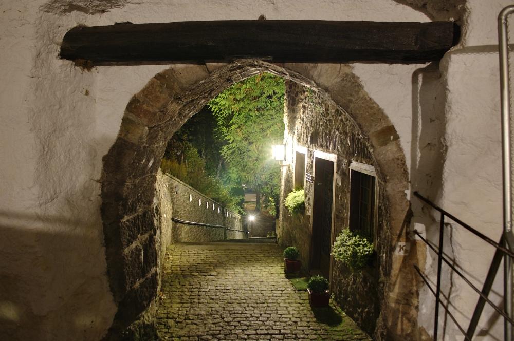 http://www.eifelmomente.de/albums/Nordeifel/Herbst/2010_10_10_Abends_bis_Kronenburg/2010_10_10_-_221_Kronenburg_nachts_DRI_bearb.jpg