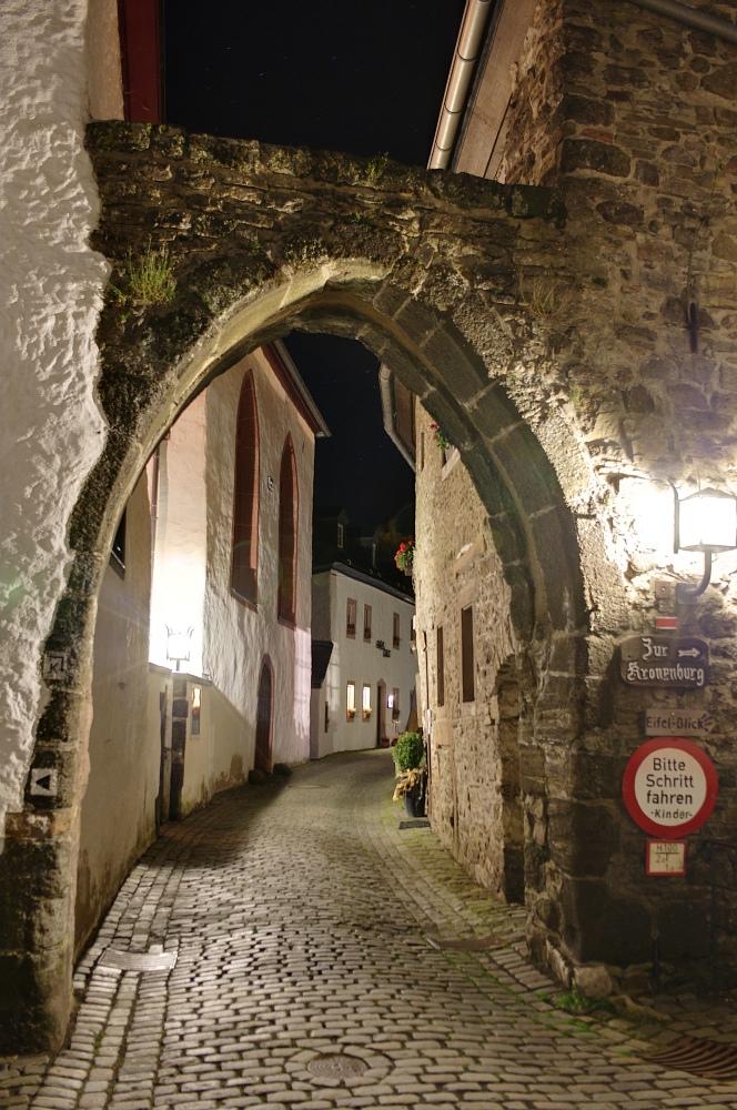 http://www.eifelmomente.de/albums/Nordeifel/Herbst/2010_10_10_Abends_bis_Kronenburg/2010_10_10_-_224_Kronenburg_nachts_DRI_bearb.jpg