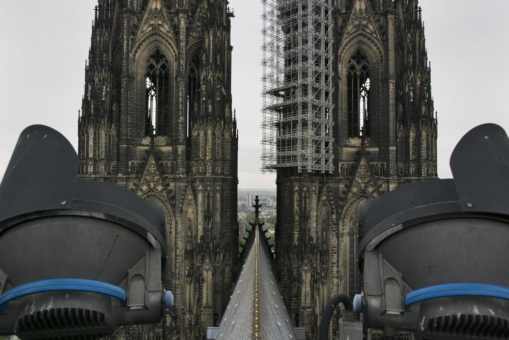 http://www.eifelmomente.de/albums/Nordeifel/Herbst/2010_10_23_Koeln_Domfuehrung/2010_10_23_-_052_Fuehrung_ueber_das_hohe_Dach_DNG_bearb_ausschn.jpg
