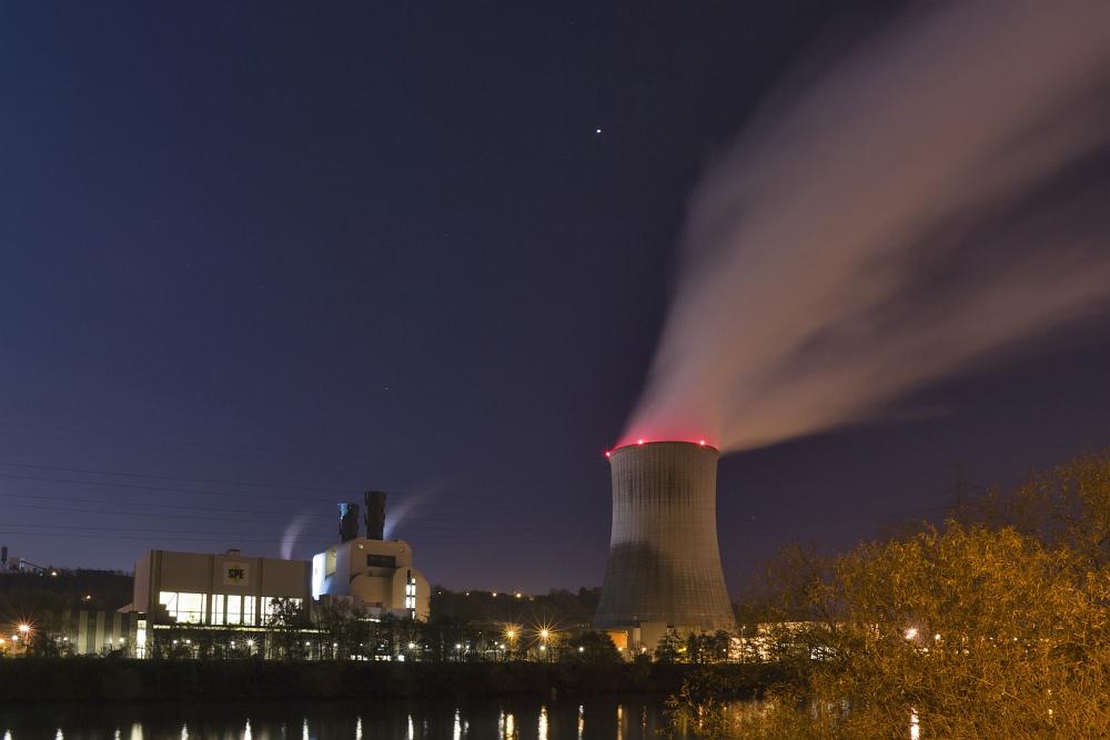 http://www.eifelmomente.de/albums/Nordeifel/Herbst/2010_11_20_Nachtaufnahmen_Seraing_und_Luettich_3/2010_11_20_-_086_Gaskraftwerk_Seraing_DNG_entst_bearb.jpg