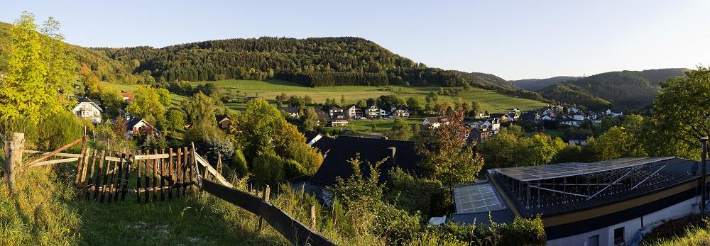 http://www.eifelmomente.de/albums/Nordeifel/Herbst/2011_10_01-02_Obersee_Gileppe/2011_10_01_-_023_Einruhr_Sonnenhof_DNG_Pano_bearb.jpg
