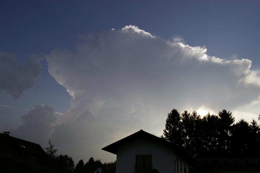 http://www.eifelmomente.de/albums/Nordeifel/Sommer/2008_08_31_Chasing_bis_Raffelsbrand/2008_08_31_-_002_Geile_Wolkenstrukturen_und_wahnsinnige_Lightshow_bearb.jpg