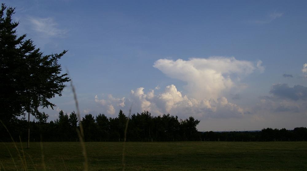 http://www.eifelmomente.de/albums/Nordeifel/Sommer/2008_08_31_Chasing_bis_Raffelsbrand/2008_08_31_-_003_Geile_Wolkenstrukturen_und_wahnsinnige_Lightshow_bearb_ausschn.jpg