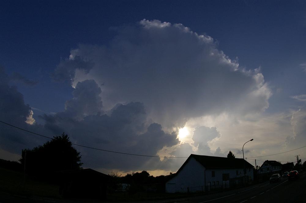 http://www.eifelmomente.de/albums/Nordeifel/Sommer/2008_08_31_Chasing_bis_Raffelsbrand/2008_08_31_-_005_Geile_Wolkenstrukturen_und_wahnsinnige_Lightshow_bearb.jpg