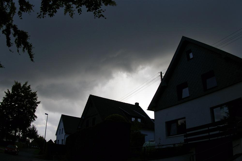 http://www.eifelmomente.de/albums/Nordeifel/Sommer/2008_08_31_Chasing_bis_Raffelsbrand/2008_08_31_-_032_Geile_Wolkenstrukturen_und_wahnsinnige_Lightshow_bearb.jpg