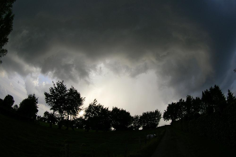 http://www.eifelmomente.de/albums/Nordeifel/Sommer/2008_08_31_Chasing_bis_Raffelsbrand/2008_08_31_-_036_Geile_Wolkenstrukturen_und_wahnsinnige_Lightshow_bearb.jpg