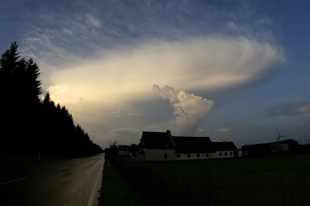http://www.eifelmomente.de/albums/Nordeifel/Sommer/2008_08_31_Chasing_bis_Raffelsbrand/2008_08_31_-_058_Geile_Wolkenstrukturen_und_wahnsinnige_Lightshow_bearb.jpg