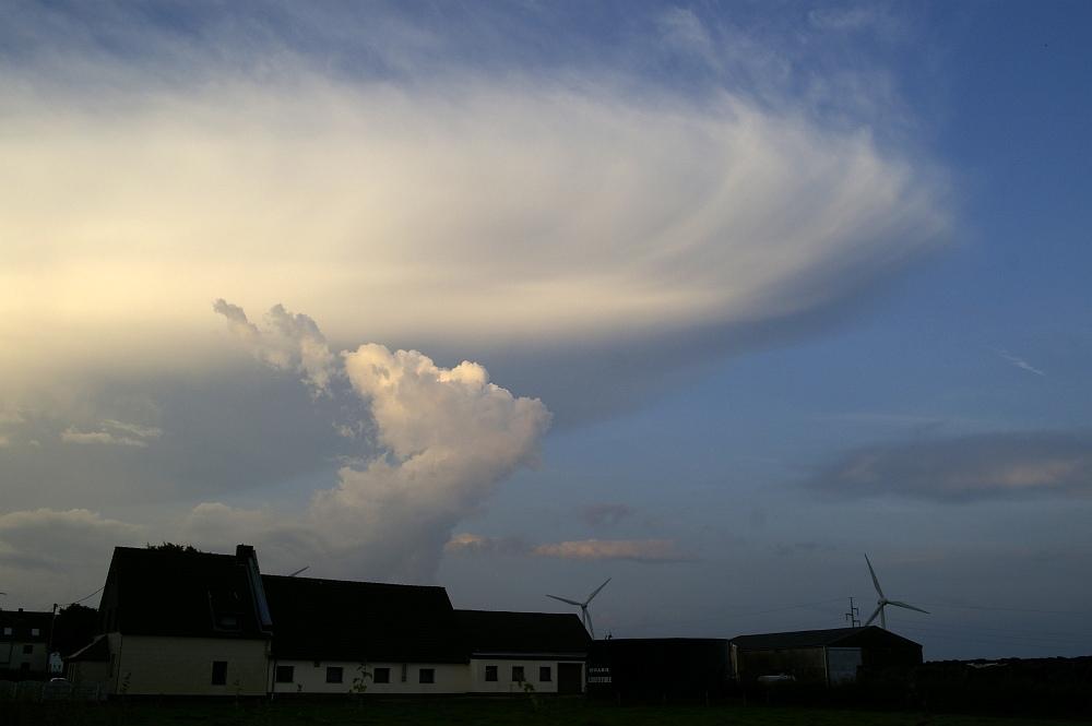 http://www.eifelmomente.de/albums/Nordeifel/Sommer/2008_08_31_Chasing_bis_Raffelsbrand/2008_08_31_-_059_Geile_Wolkenstrukturen_und_wahnsinnige_Lightshow_bearb.jpg