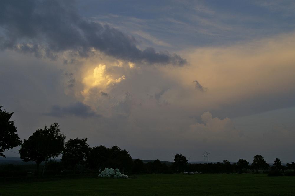 http://www.eifelmomente.de/albums/Nordeifel/Sommer/2008_08_31_Chasing_bis_Raffelsbrand/2008_08_31_-_074_Geile_Wolkenstrukturen_und_wahnsinnige_Lightshow_bearb.jpg