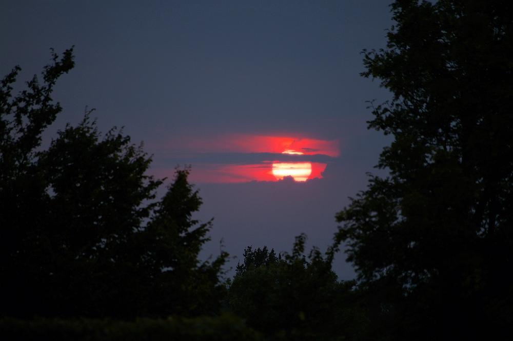 http://www.eifelmomente.de/albums/Nordeifel/Sommer/2008_08_31_Chasing_bis_Raffelsbrand/2008_08_31_-_077_Geile_Wolkenstrukturen_und_wahnsinnige_Lightshow_bearb.jpg