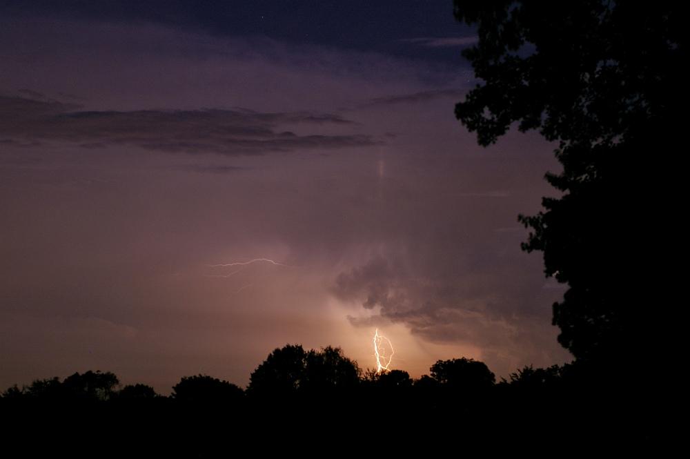 http://www.eifelmomente.de/albums/Nordeifel/Sommer/2008_08_31_Chasing_bis_Raffelsbrand/2008_08_31_-_420_Geile_Wolkenstrukturen_und_wahnsinnige_Lightshow_bearb.jpg