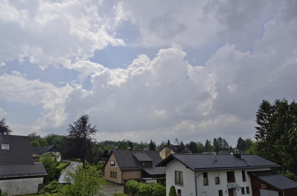 http://www.eifelmomente.de/albums/Nordeifel/Sommer/2011_06_05-06_Turbulente_Gewitter_Simmerath/2011_06_05_-_01_Turbulente_Gewitterzellen_in_Simmerath_DNG_bearb.jpg