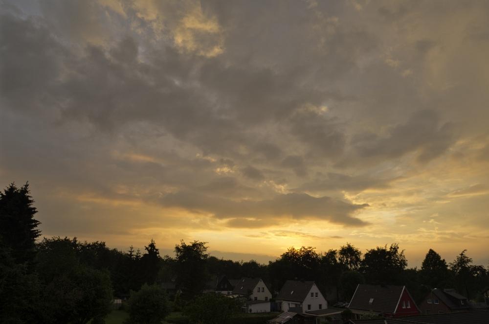 http://www.eifelmomente.de/albums/Nordeifel/Sommer/2011_06_05-06_Turbulente_Gewitter_Simmerath/2011_06_06_-_09_Abendstimmung_in_Simmerath_DNG_bearb.jpg