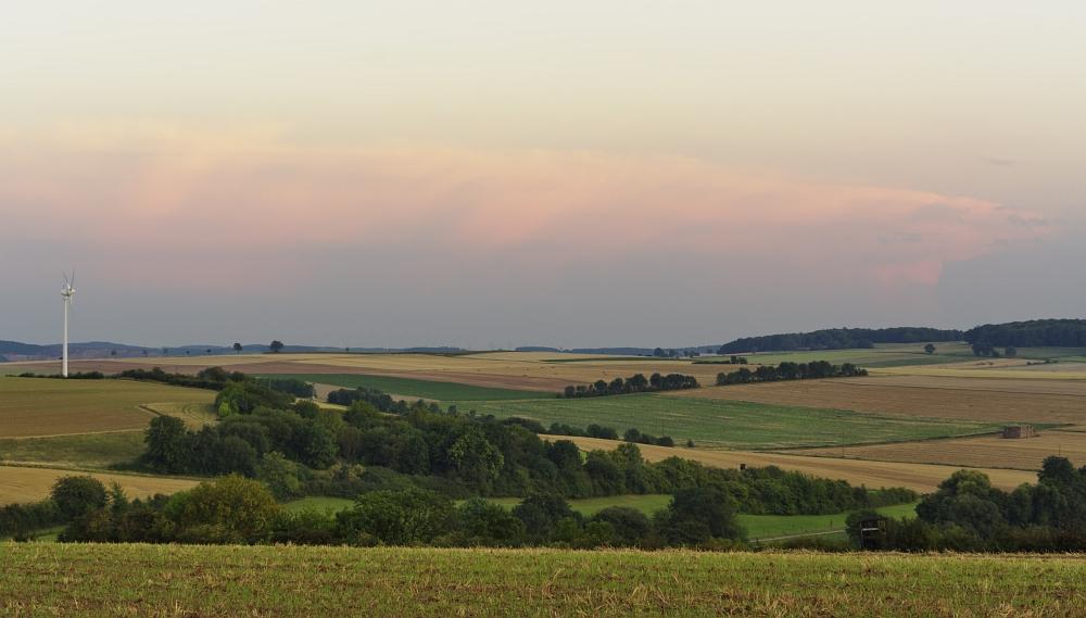http://www.eifelmomente.de/albums/Nordeifel/Sommer/2011_08_23_MCS_und_Abendstimmung_Vlatten/2011_08_23_-_066_Abendstimmung_Luetzenberg_bei_Vlatten_DNG_bearb_ausschn.jpg