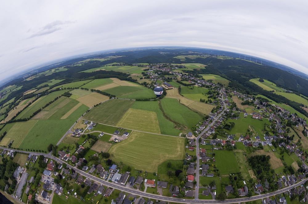 http://www.eifelmomente.de/albums/Nordeifel/Sommer/2016_06_29_Ballonfahrt/2016_06_29_-_089_Ballonfahrt_Rureifel_DNG_bearb.jpg