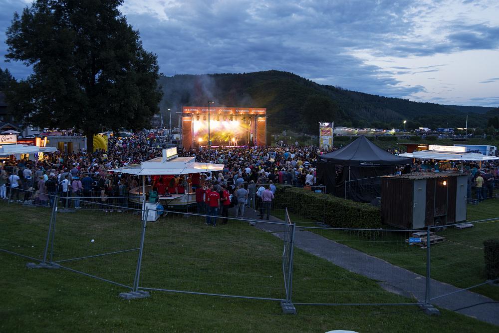 http://www.eifelmomente.de/albums/Nordeifel/Sommer/2017_07_29-30_Rurseefest/2017_07_29_-_009_Rursee_in_Flammen_DNG_bearb.jpg