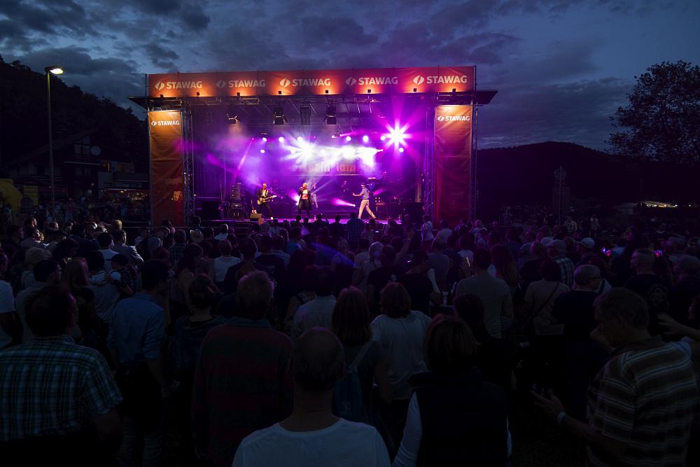 http://www.eifelmomente.de/albums/Nordeifel/Sommer/2017_07_29-30_Rurseefest/2017_07_29_-_069_Rursee_in_Flammen_DNG_bearb.jpg