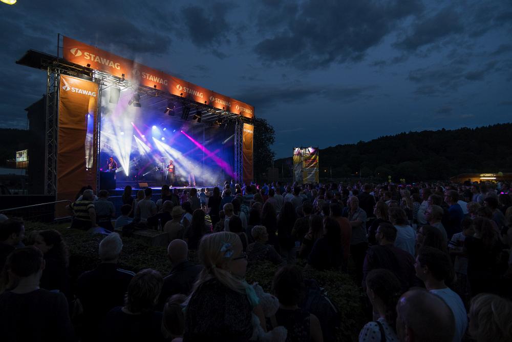 http://www.eifelmomente.de/albums/Nordeifel/Sommer/2017_07_29-30_Rurseefest/2017_07_29_-_072_Rursee_in_Flammen_DNG_bearb.jpg