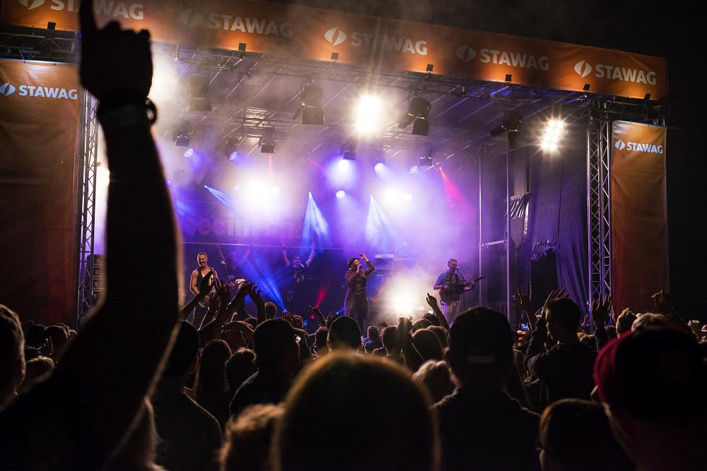 http://www.eifelmomente.de/albums/Nordeifel/Sommer/2017_07_29-30_Rurseefest/2017_07_30_-_025_Rursee_in_Flammen_DNG_bearb.jpg