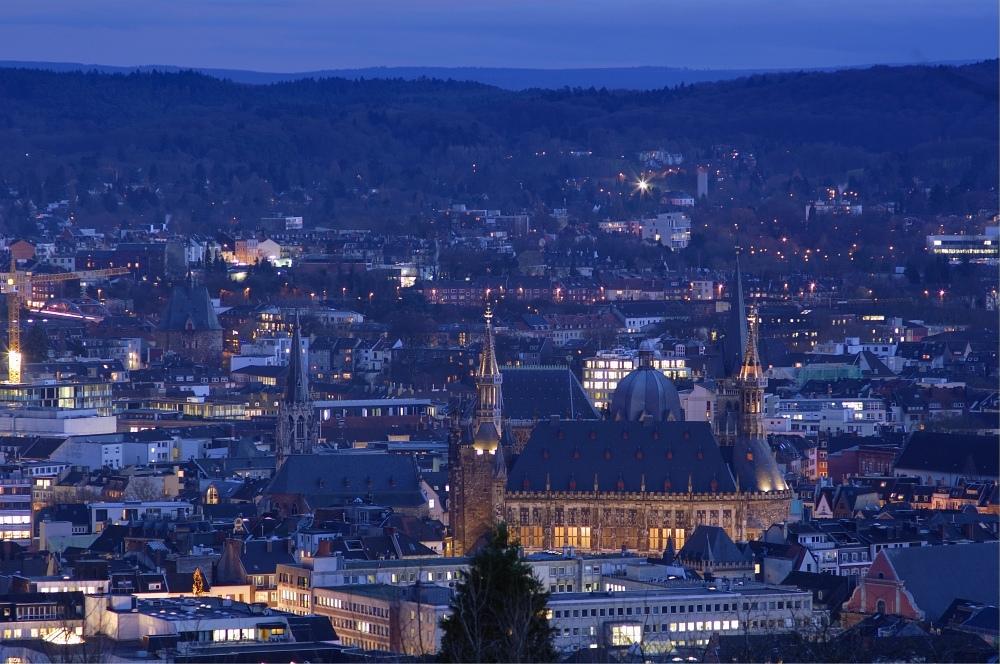 http://www.eifelmomente.de/albums/Nordeifel/Winter/2009_11_30_Aachener_Weihnachtsmarkt/2009_11_30_-_037_Auf_dem_Lousberg_DRI_bearb.jpg