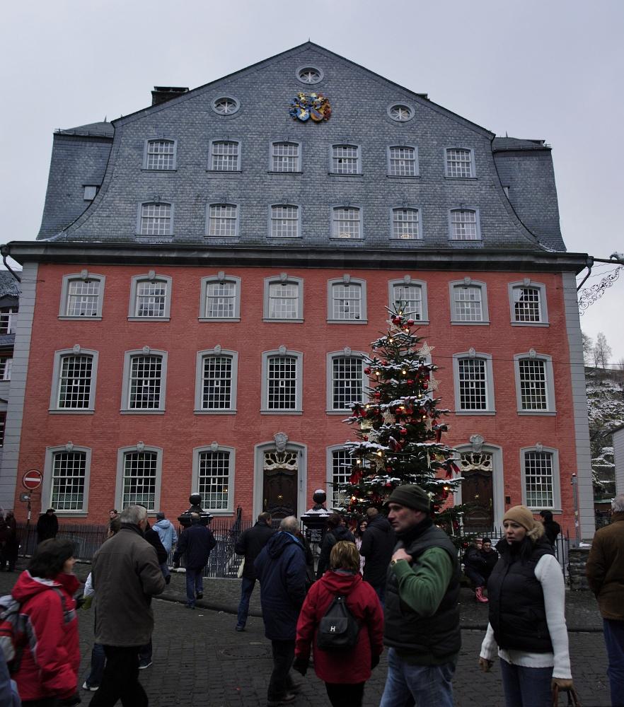 http://www.eifelmomente.de/albums/Nordeifel/Winter/2009_12_13_Monschauer_Weihnachtsmarkt/2009_12_13_-_046_Der_Monschauer_Weihnachtsmarkt_Pano_bearb_entst.jpg