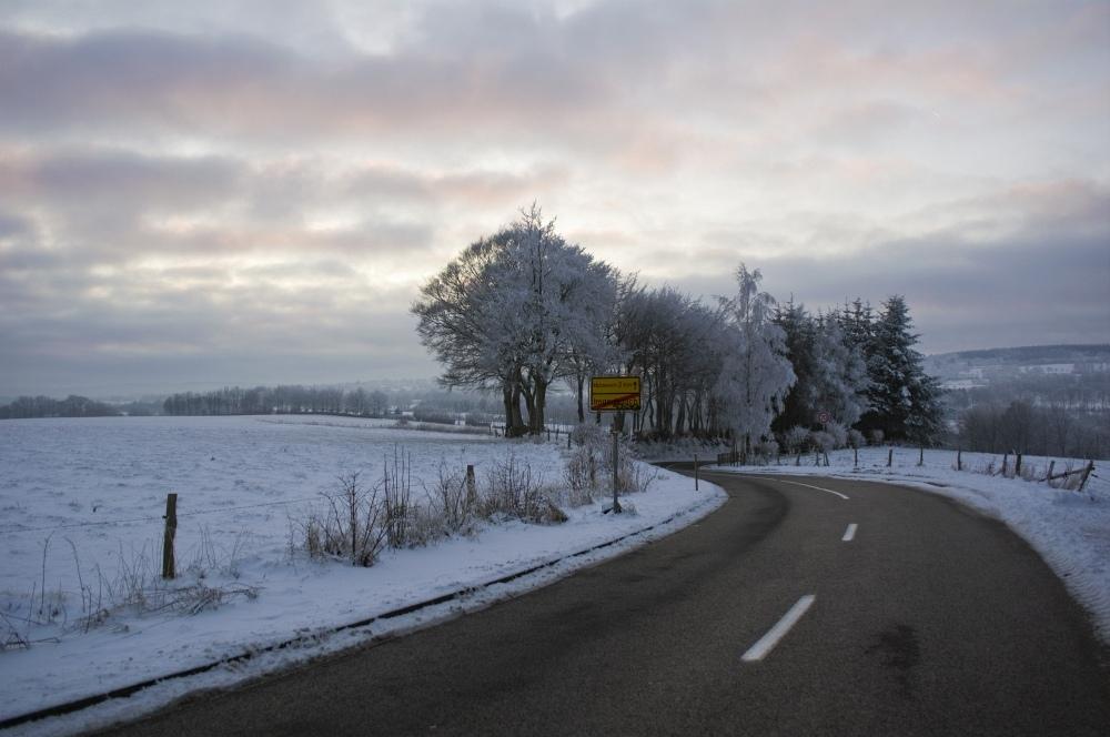 http://www.eifelmomente.de/albums/Nordeifel/Winter/2010_01_04_Sonnenuntergang_im_Winterwunderland/2010_01_04_-_06_Hengstbruechelchen_DNG_bearb.jpg