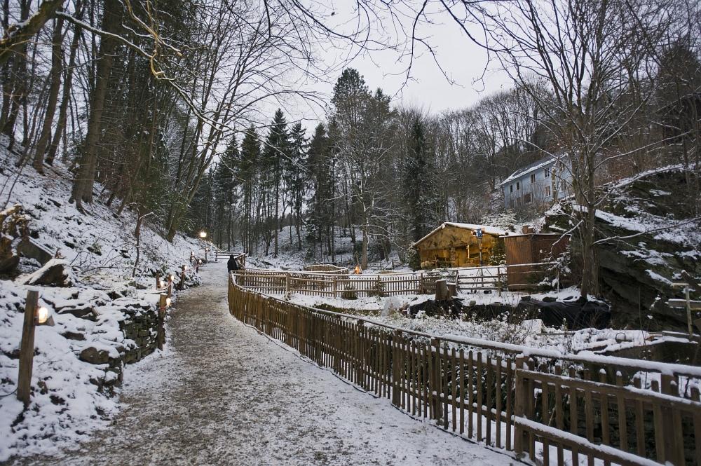 http://www.eifelmomente.de/albums/Nordeifel/Winter/2010_11_27_Monschauer_Weihnachtsmarkt/2010_11_27_-_001_Lebende_Krippe_DNG_bearb.jpg
