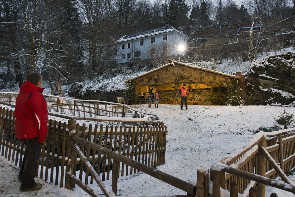 http://www.eifelmomente.de/albums/Nordeifel/Winter/2010_11_27_Monschauer_Weihnachtsmarkt/2010_11_27_-_009_Lebende_Krippe_DNG_bearb_ausschn.jpg