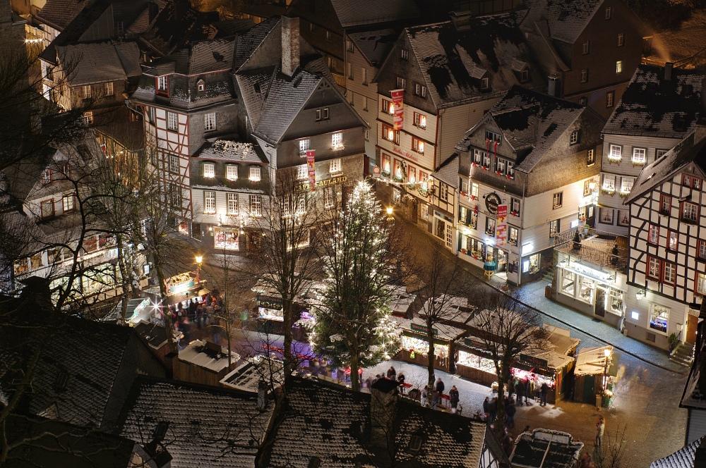 http://www.eifelmomente.de/albums/Nordeifel/Winter/2010_11_27_Monschauer_Weihnachtsmarkt/2010_11_27_-_147_Aussicht_vom_Haller_DRI_bearb.jpg