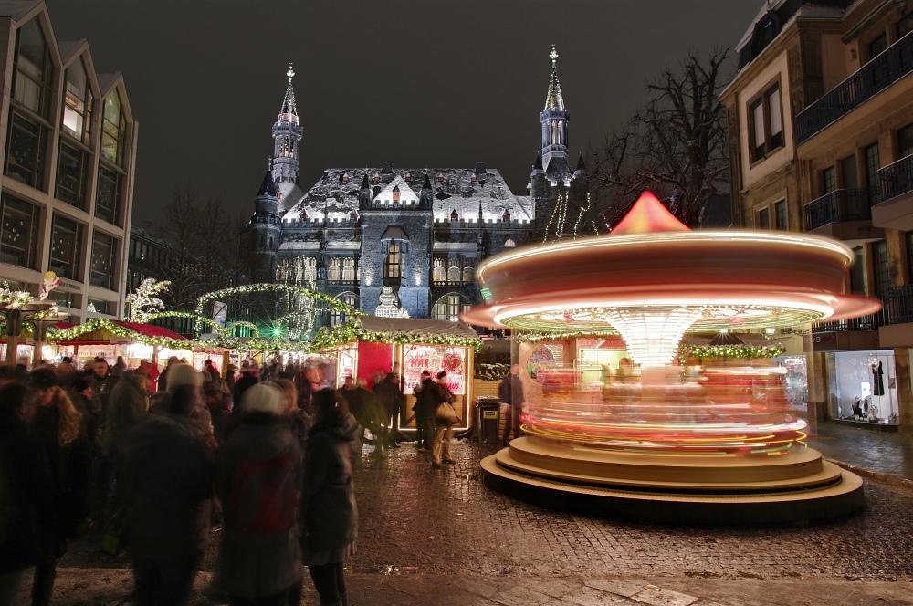 http://www.eifelmomente.de/albums/Nordeifel/Winter/2010_11_30_Aachener_Weihnachtsmarkt/2010_11_30_-_112_Aachener_Weihnachtsmarkt_DRI_bearb.jpg