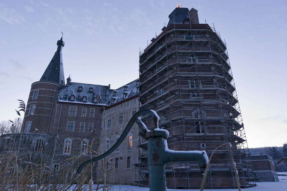 http://www.eifelmomente.de/albums/Nordeifel/Winter/2010_12_17-18_Winterfotos_u_Schloss_Merode/2010_12_17_-_114_Schloss_Merode_DNG_bearb.jpg