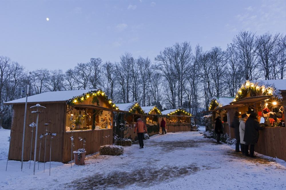 http://www.eifelmomente.de/albums/Nordeifel/Winter/2010_12_17-18_Winterfotos_u_Schloss_Merode/2010_12_17_-_122_Schloss_Merode_DNG_bearb.jpg