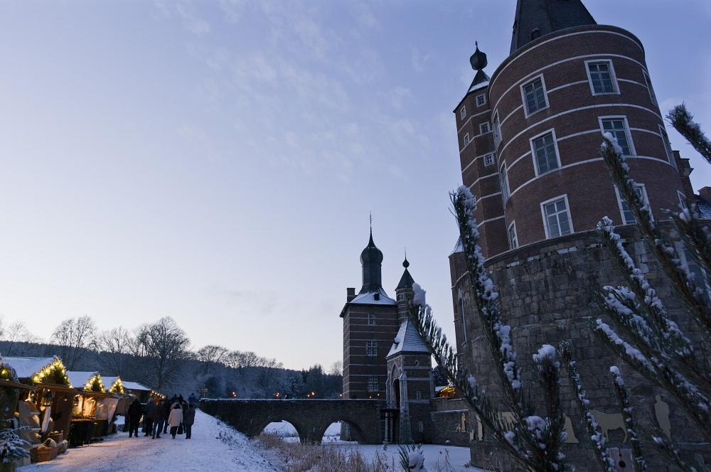 http://www.eifelmomente.de/albums/Nordeifel/Winter/2010_12_17-18_Winterfotos_u_Schloss_Merode/2010_12_17_-_125_Schloss_Merode_DNG_bearb.jpg