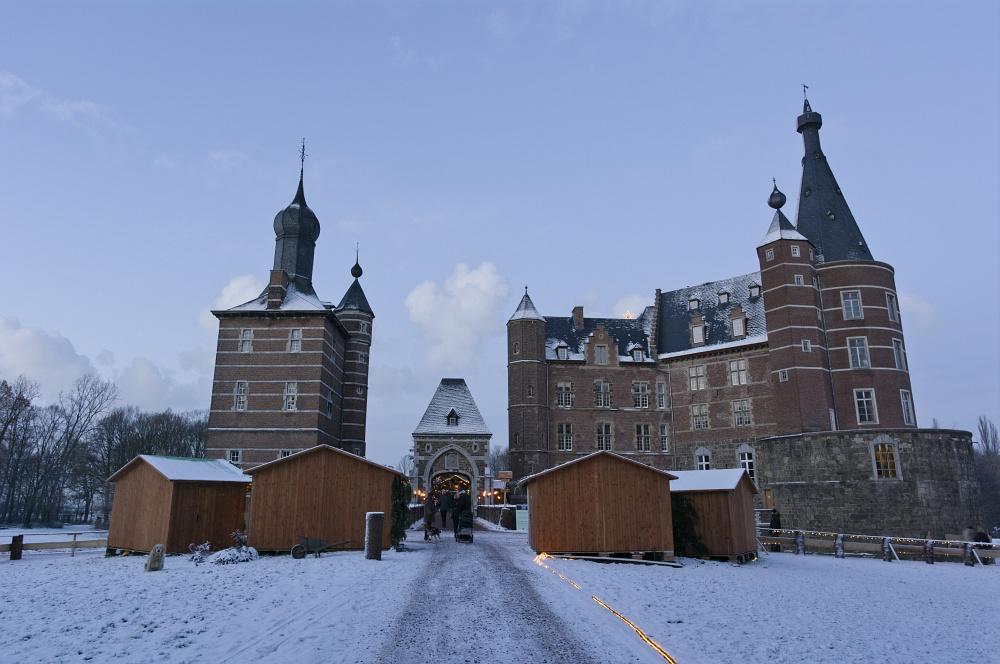 http://www.eifelmomente.de/albums/Nordeifel/Winter/2010_12_17-18_Winterfotos_u_Schloss_Merode/2010_12_17_-_131_Schloss_Merode_DNG_bearb.jpg