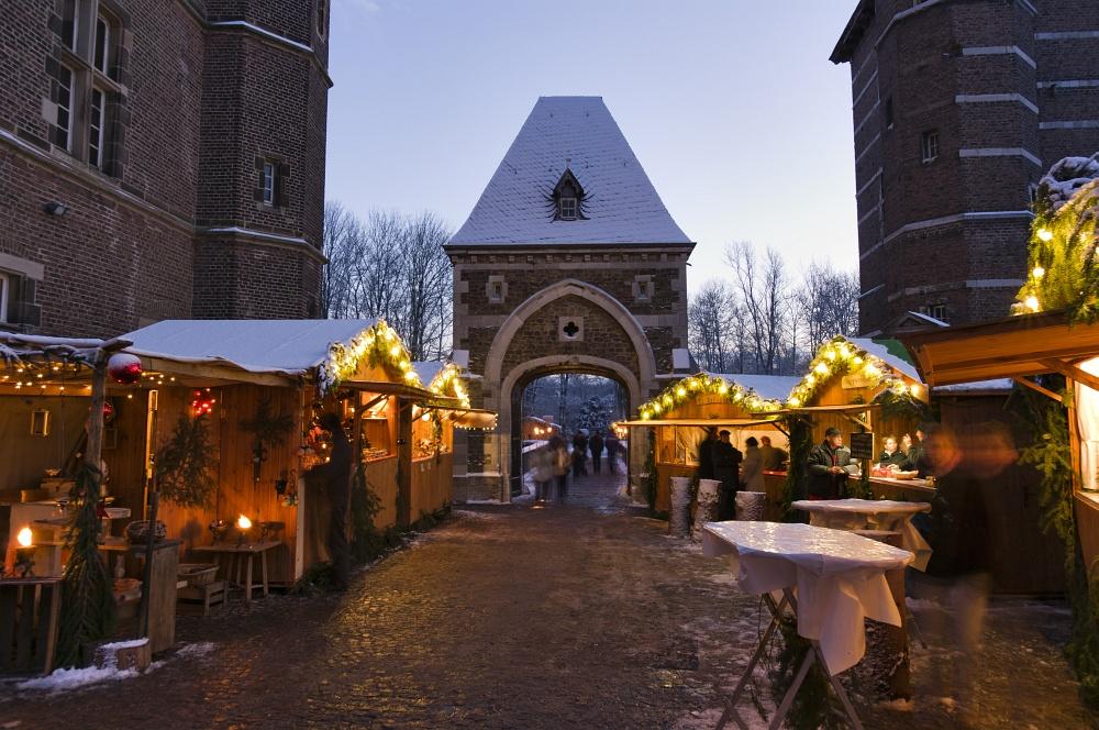 http://www.eifelmomente.de/albums/Nordeifel/Winter/2010_12_17-18_Winterfotos_u_Schloss_Merode/2010_12_17_-_148_Schloss_Merode_DNG_bearb.jpg