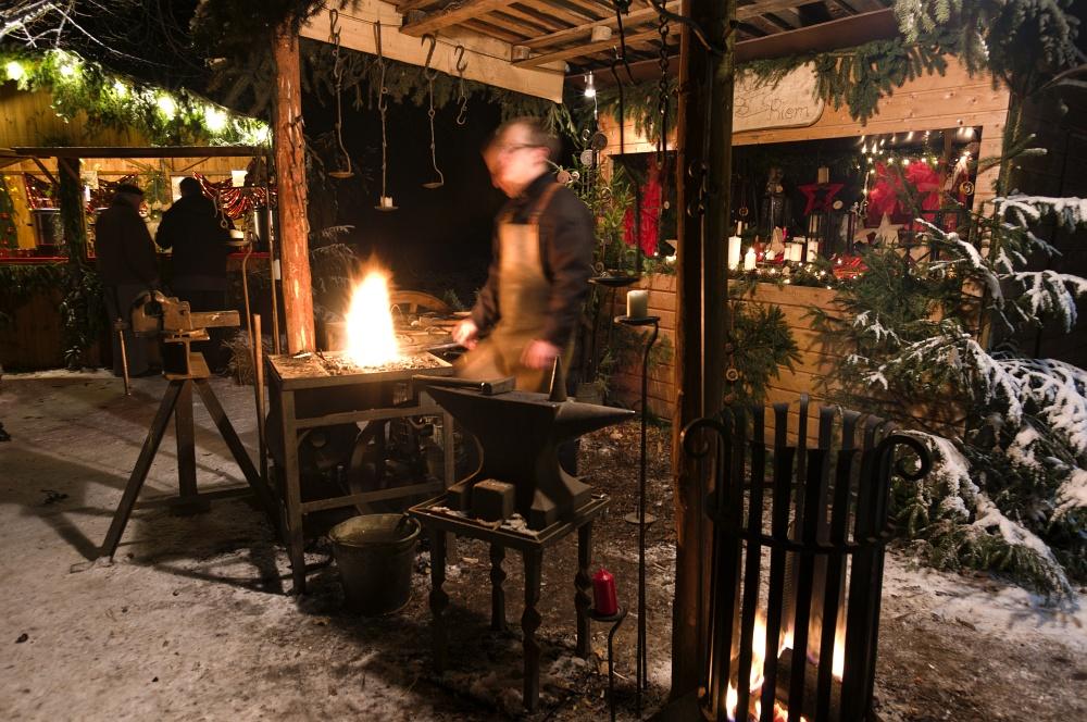 http://www.eifelmomente.de/albums/Nordeifel/Winter/2010_12_17-18_Winterfotos_u_Schloss_Merode/2010_12_17_-_227_Schloss_Merode_DNG_bearb.jpg