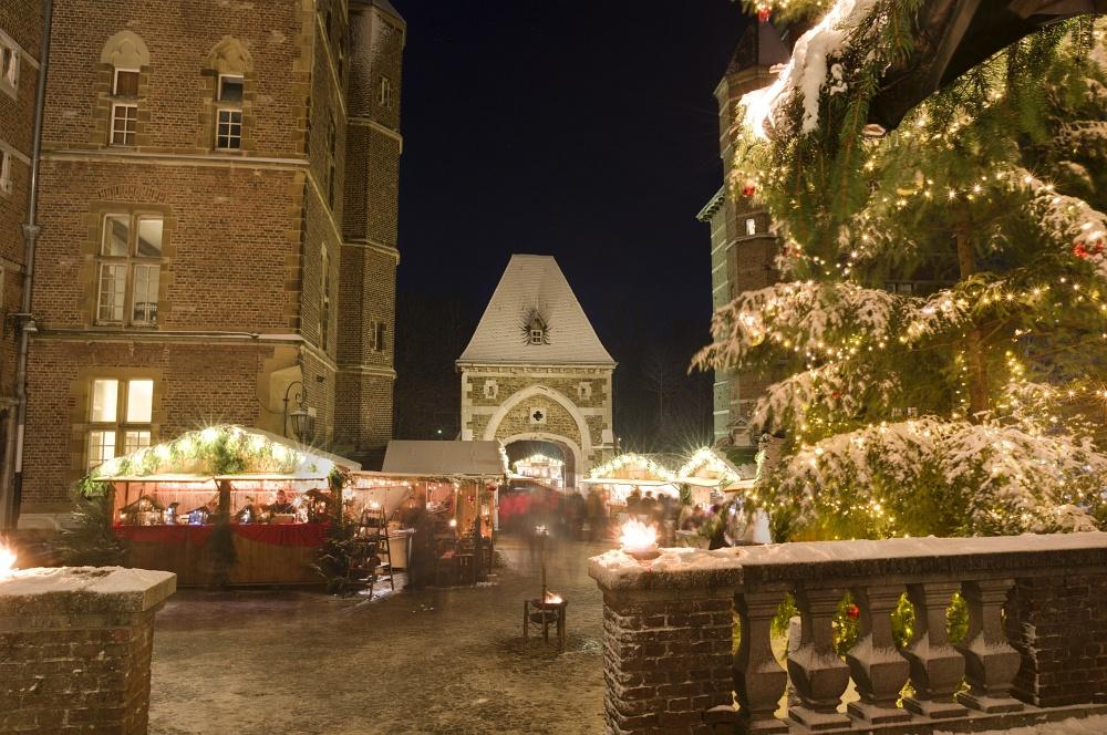 http://www.eifelmomente.de/albums/Nordeifel/Winter/2010_12_17-18_Winterfotos_u_Schloss_Merode/2010_12_17_-_245_Schloss_Merode_DNG_DRI_bearb.jpg