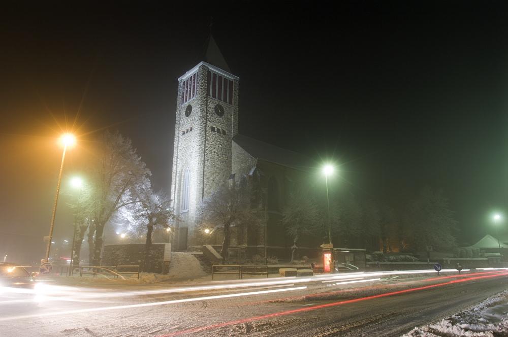 http://www.eifelmomente.de/albums/Nordeifel/Winter/2010_12_20_Sonnenuntergang_Eschweiler_u_Vollmond/2010_12_20_-_117_Mausbach_Kirche_DNG_bearb.jpg