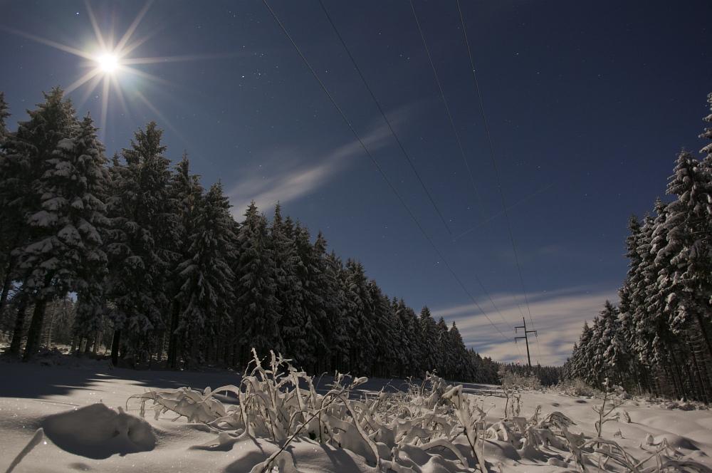 http://www.eifelmomente.de/albums/Nordeifel/Winter/2010_12_20_Sonnenuntergang_Eschweiler_u_Vollmond/2010_12_20_-_146_Vollmond_im_Wald_bei_Raffelsbrand_DNG_bearb.jpg