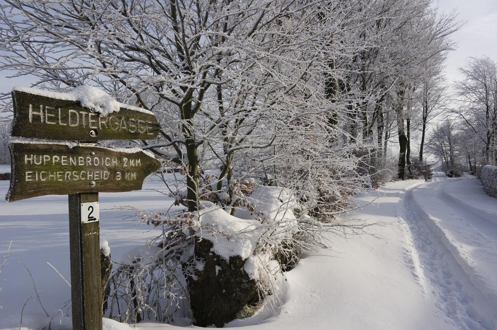 http://www.eifelmomente.de/albums/Nordeifel/Winter/2010_12_25_Tiefschnee_Simmerath/2010_12_25_-_057_Wiesen_am_Forsthaus_Simmerath_DNG_bearb.jpg