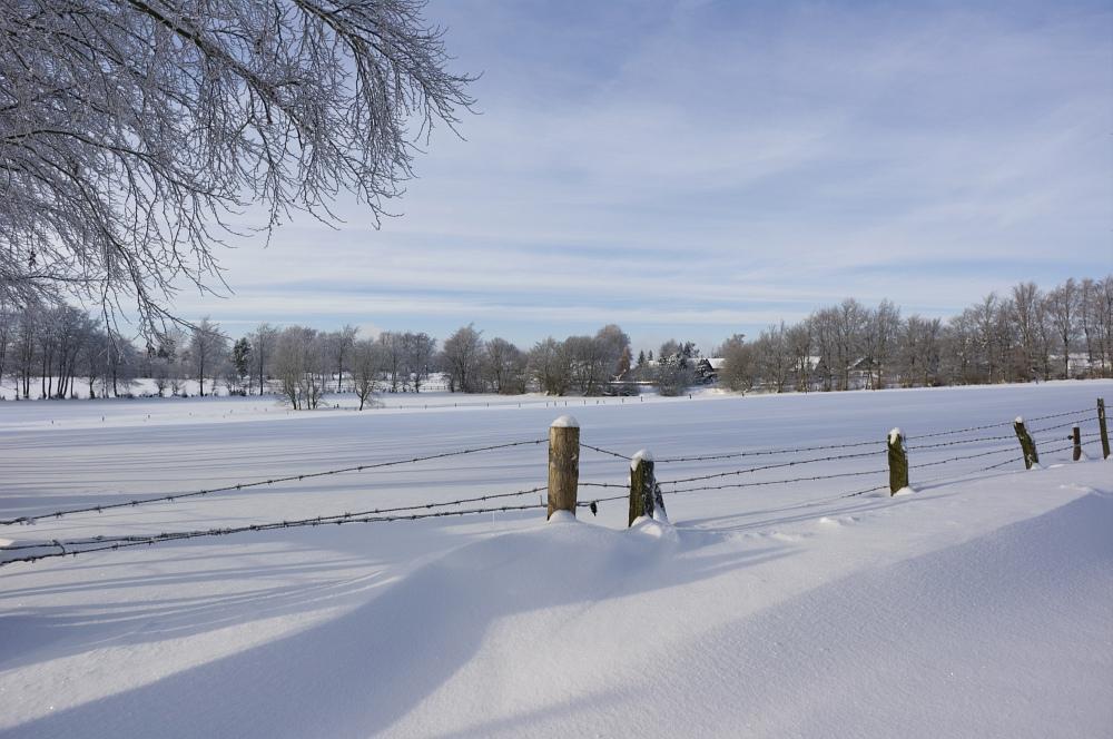 http://www.eifelmomente.de/albums/Nordeifel/Winter/2010_12_25_Tiefschnee_Simmerath/2010_12_25_-_084_Wiesen_am_Forsthaus_Simmerath_DNG_bearb.jpg